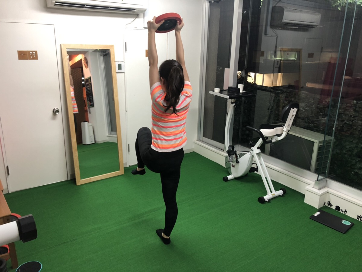 Limeパーソナルトレーニングジムの女性のお客様が片足を上げてトレーニングを行っている様子