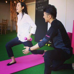 パーソナルトレーナー斎藤はやきがお客様にトレーニング指導しているところ