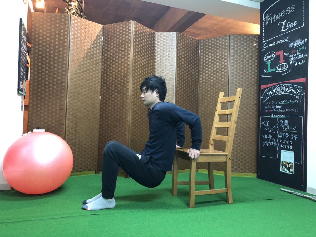 阿久津さんが二の腕を鍛えている。