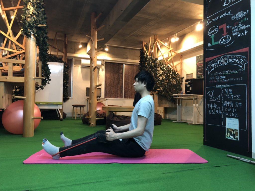 背中のトレーニング(ローイング)のスタートポジションをとるパーソナルトレーナー阿久津さん