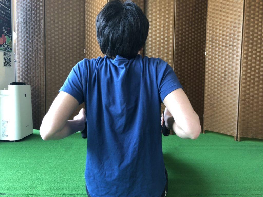 背中のトレーニング(ローイング)で失敗しているパーソナルトレーナー阿久津さん