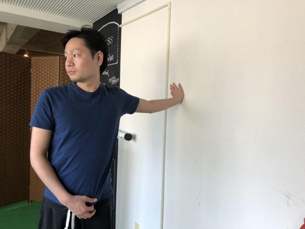 胸の筋肉(大胸筋)のストレッチをしているパーソナルトレーナー阿久津さん