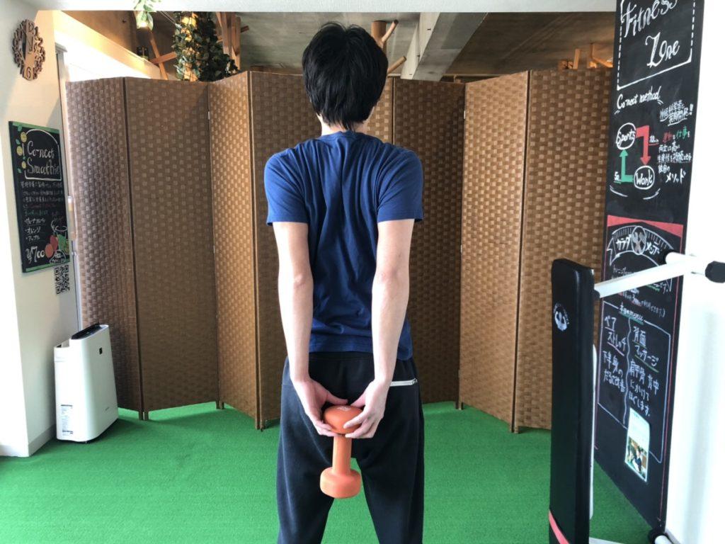 重り付きストレッチをしているパーソナルトレーナー阿久津さん