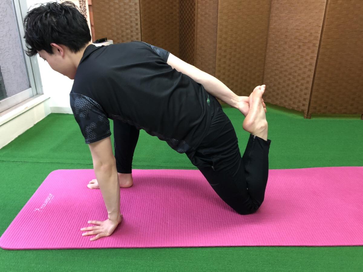 Limeパーソナルトレーニングジムのパーソナルトレーナー依田太一のストレッチをしているところ