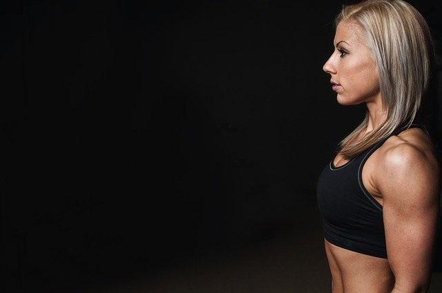 【女性必見!】筋トレでバストアップできるトレーニング法を動画で紹介